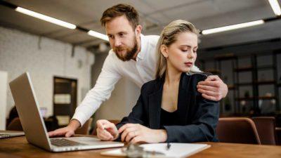 сексуально домогаются на работе